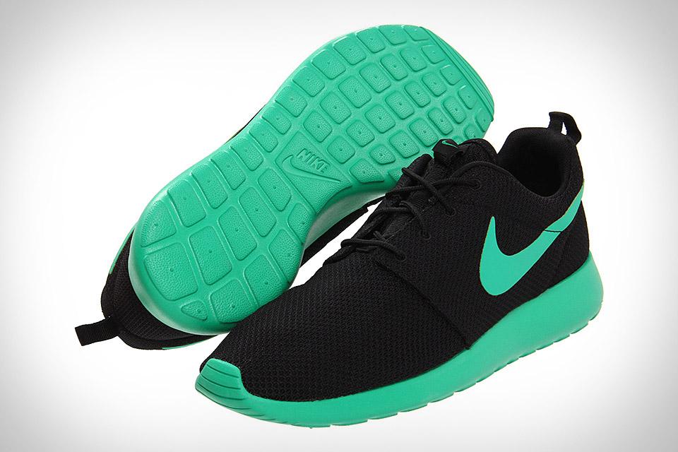 Черные кроссовки Nike Roche Run с подошвой цвета морской волны