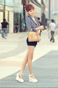 Девушка в белых туфлях на танкетке