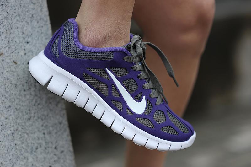 Девушка в летних кроссовках Nike