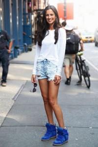 Высокие кроссовки на девушке