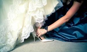 Девушка примеряет свадебные туфли
