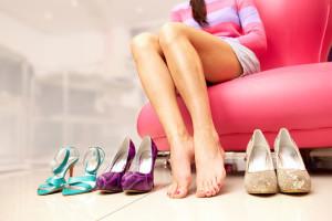 девушка меряет обувь