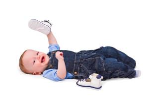 ребенок играет с ботинками