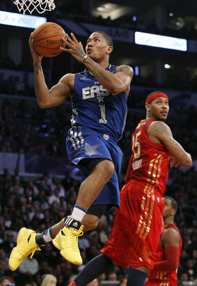 Баскетболист забрасывает мяч
