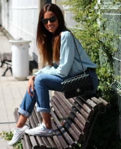 Белые кеды с джинсами на девушке