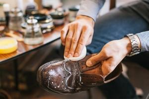 Мужчина чистит кожаную обувь