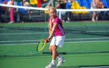 Девочка играет в теннис