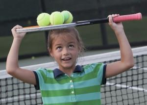 Девочка с ракеткой для тенниса