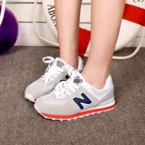 Девочка в кроссовках New Balance