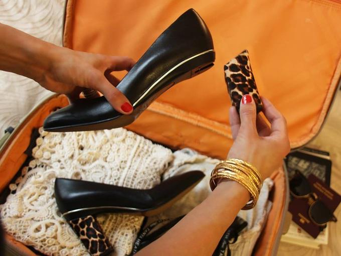 Девушка надевает каблук на туфли