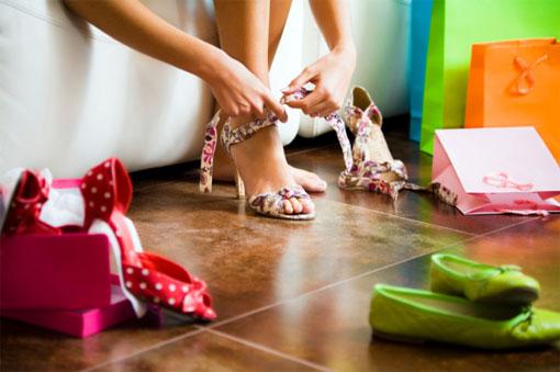Девушка надевает туфли