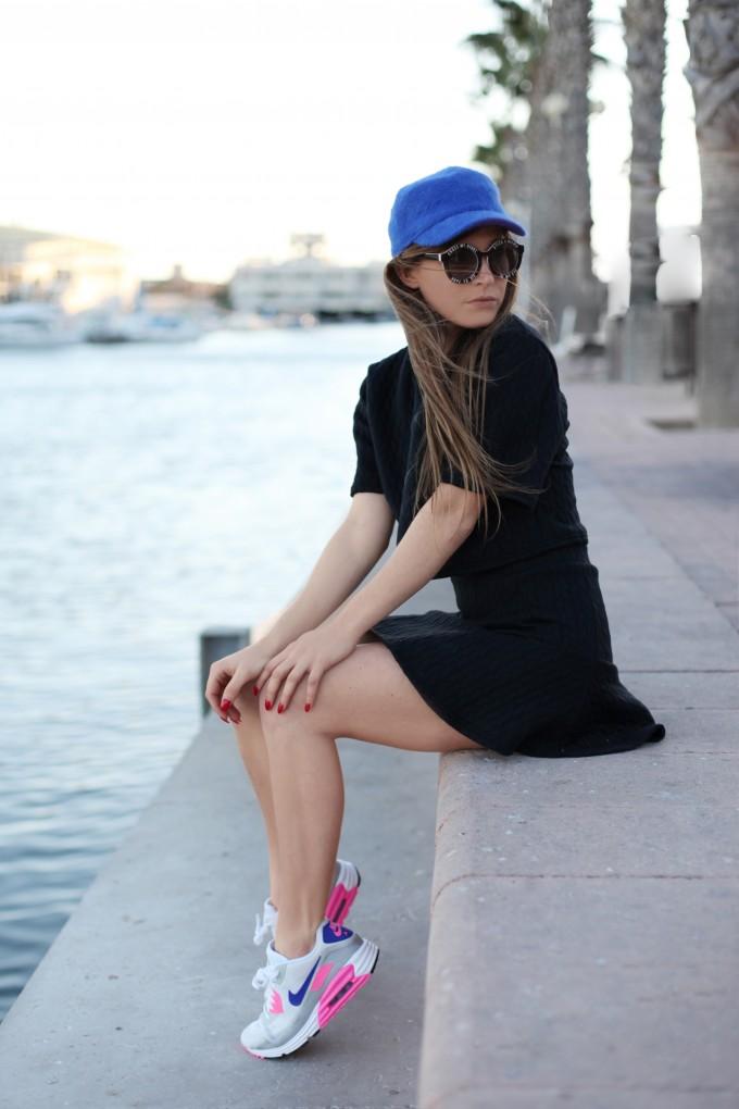 Девушка в кроссовках Air Max