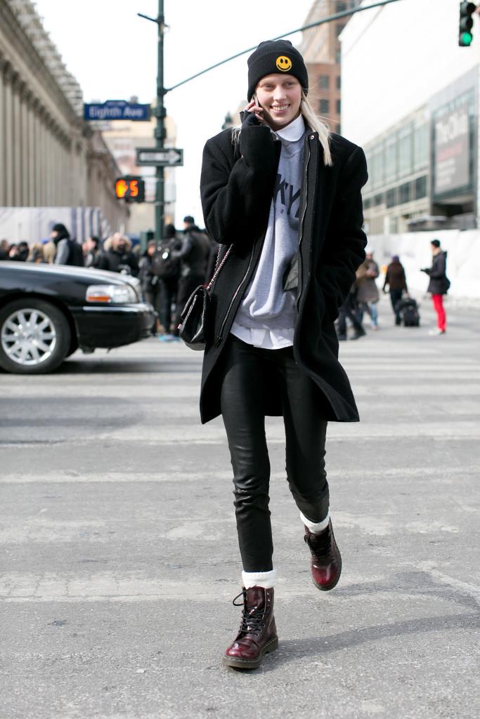 Девушка в ботинках Martens
