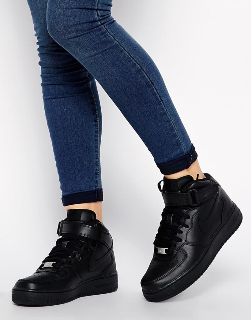 Девушка в черных кроссовках Nike