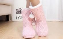 Девушка в домашней обуви из шерсти