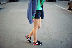 Девушка в кроссовках New Balance
