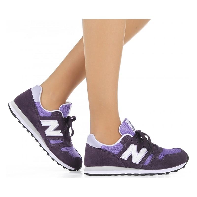 Девушка в кроссовках New Balance 373