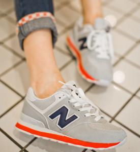 Девушка в кроссовках New Balance 574