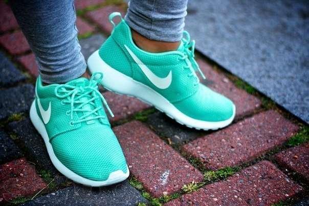 Девушка в кроссовках Nike