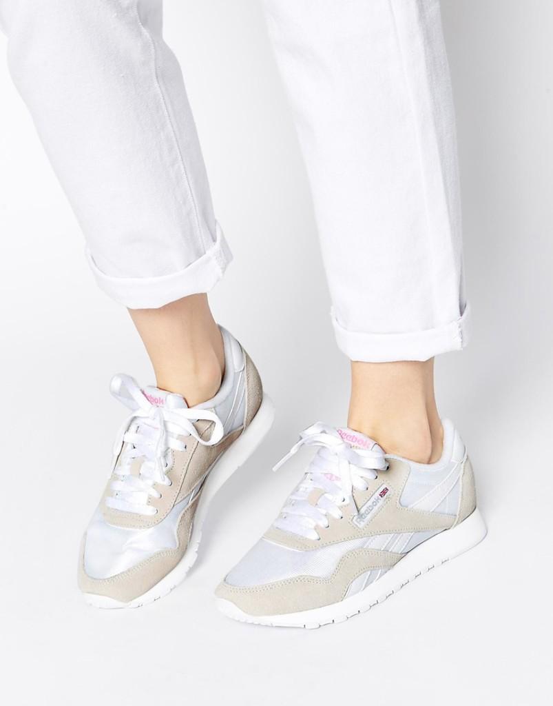 Девушка в кроссовках Reebok