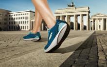 Девушка в кроссовках для ходьбы