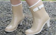 Девушка в резиновой обуви