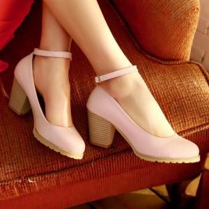Девушка в туфлях на низком каблуке