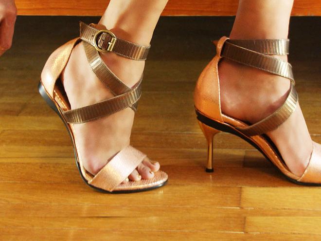 Девушка в туфлях со съемным каблуком
