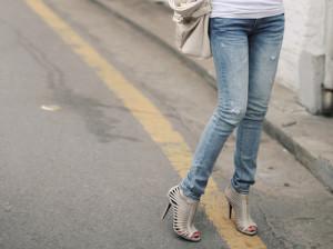 Девушка в туфлях на высоких каблуках под джинсы