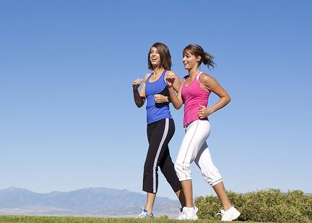 Девушки идут спортивной ходьбой