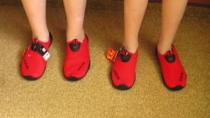 Девушки в обуви для купания