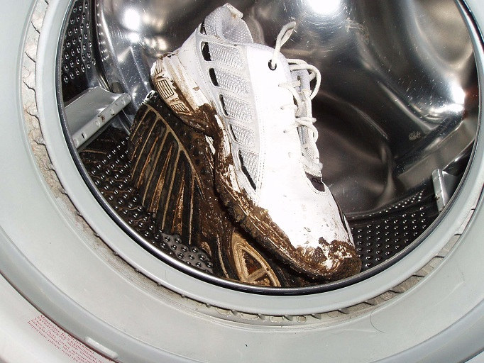 Грязный кроссовок в стиральной машинке
