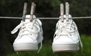 Кроссовки сушатся после стирки