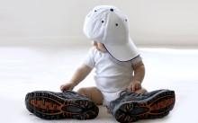 Мальчик в больших ботинках