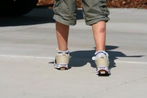 Мальчик в кроссовках на колёсиках