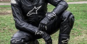 Мотоциклист в экипировке