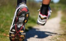 Мужчина бежит в кроссовках