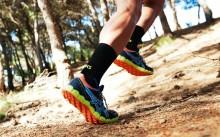Мужчина бежит в кроссовках Asics