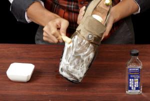 Мужчина моет замшевую обувь