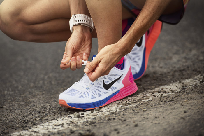 Мужчина надевает беговые кроссовки Nike