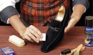 Мужчина очищает замшевую обувь