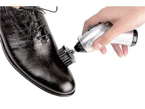 Мужчина палирует лаковую обувь