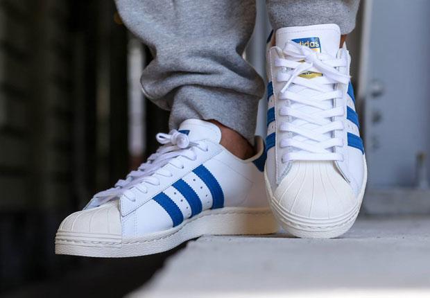 Мужчина в кроссовках Adidas Superstar