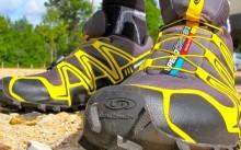 Мужчина в кроссовках для бега по пересеченной местности