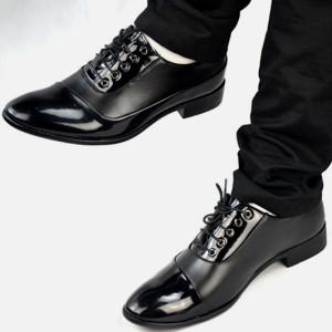 Мужчина в лакированной обуви