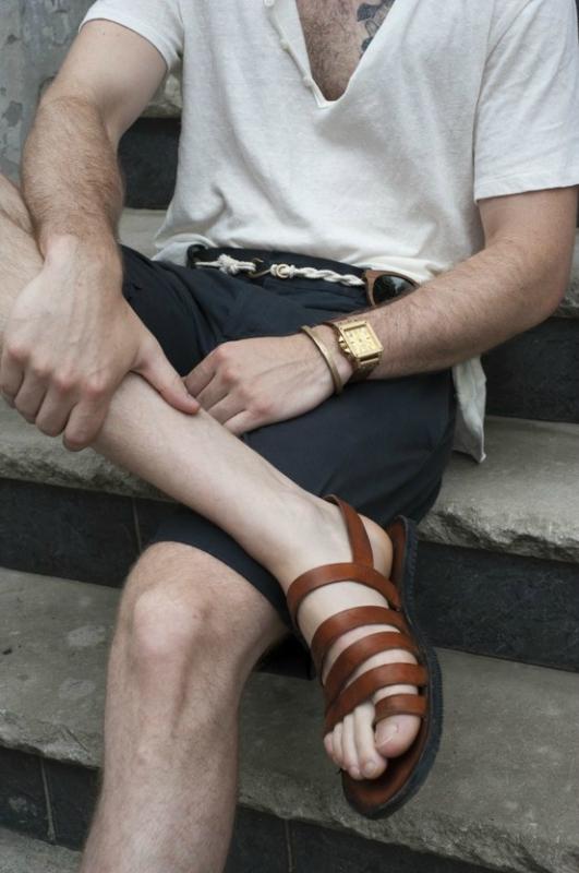 Мужчина в сандалиях