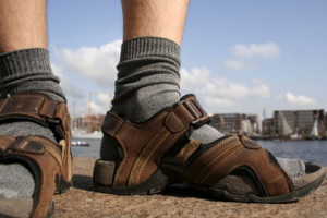 Мужчина в сандалиях и носках