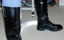 Мужчина в высоких кожаных сапогах