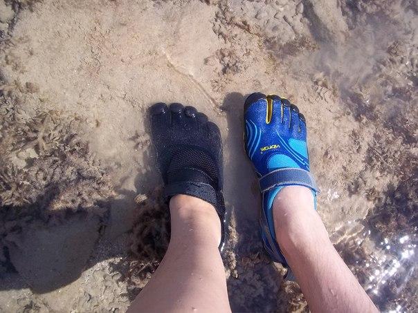 Мужчины в обуви для купания