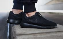 Парень в черных кроссовках Nike